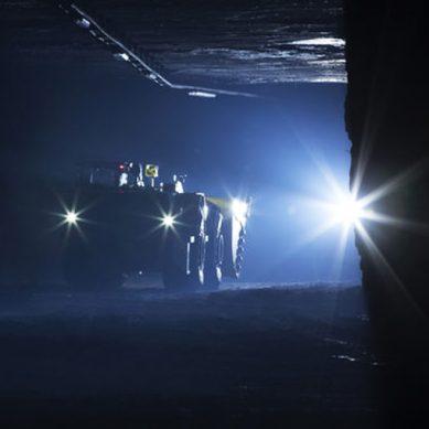 Cargador BEST 7 de Epiroc, completamente eléctrico, opera en una mina peruana a 4,600 msnm