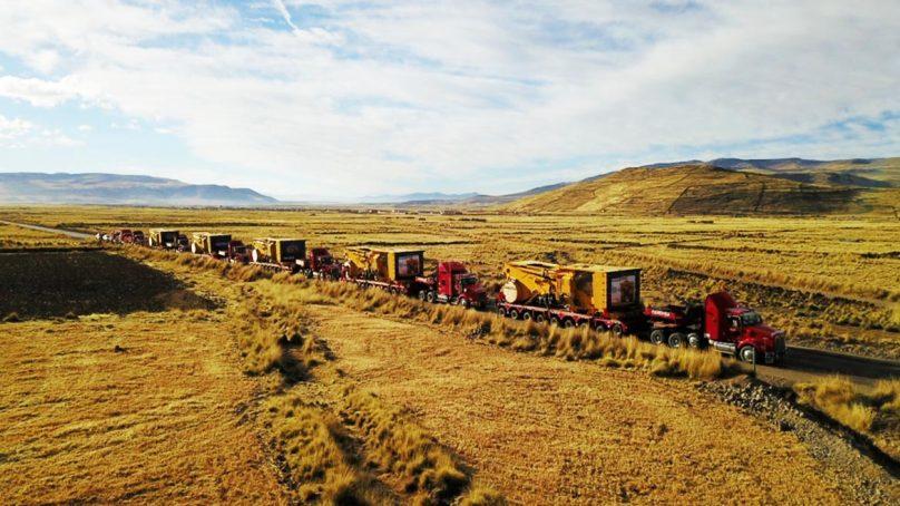Cinco camiones mineros eléctricos Komatsu 980E-4, en camino a Las Bambas