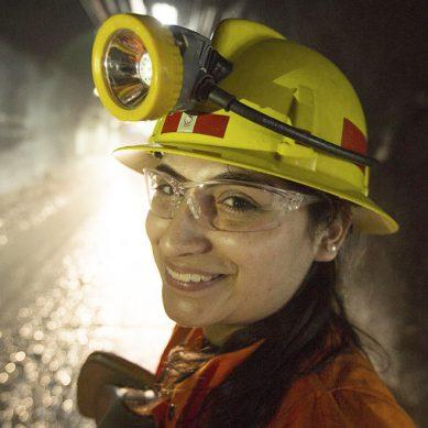 Entre gerentes de minería hombres y gerentes mujeres hay una distancia de S/70,000 al año