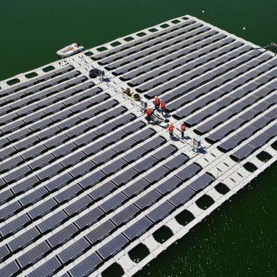 Anglo American instala paneles solares flotantes en un depósito de relaves de su operación Los Bronces, en Chile