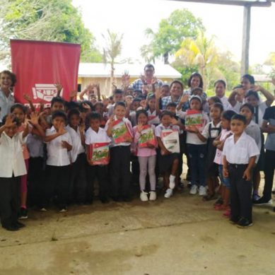 Petroperú entrega 2,700 paquetes de útiles escolares en Iquitos