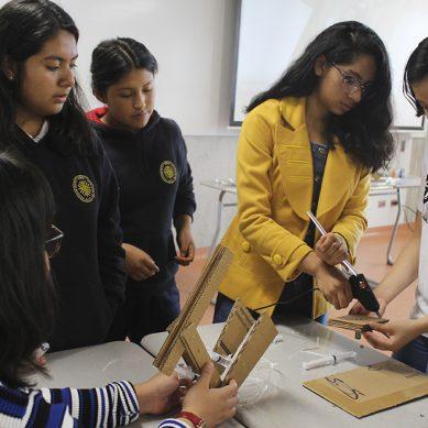 Menos de un tercio de estudiantes mujeres elige carreras de ingeniería y tecnología en el mundo