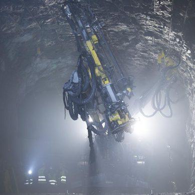 Gigante Epiroc innova con sistema para reforzar rocas en minería subterránea