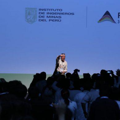 «Tienen el derecho de recibir la mejor educación»: Carlos Gálvez se despide de los 1,500 voluntarios